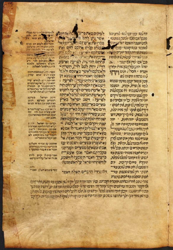 Une photographie en couleur d'une page jaunie, et imprimé couverte d'écriture hébraïque.