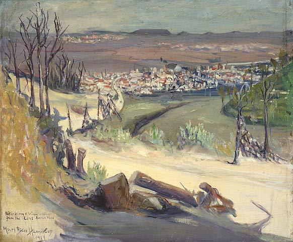 Une peinture en couleur d'une route bordée d'arbres cassés, descendant vers une petite ville. Au loin, on aperçoit d'autres villages et des collines.