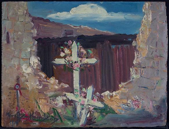 Une peinture en couleur de quelques croix ornées de fleurs au milieu d'un trou dans un mur de pierre écroulé. À l'arrière, il y a une structure brune; le ciel est bleu avec des nuages blancs.