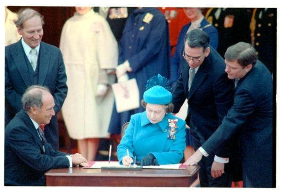 Photographie de la signature de la proclamation de la Loi constitutionnelle de 1982, par Robert Cooper. (MIKAN 3206003) © Gouvernement du Canada