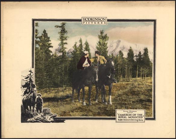 Image en couleurs d'un homme et d'une femme à cheval dans une clairière, devant des arbres verts majestueux et des montagnes aux cimes enneigées. L'homme porte une chemise jaune déboutonnée pour exposer sa poitrine. Il est penché vers la femme qui porte un bonnet blanc et une mante rouge. Découpée et apposée en bas à gauche, une autre image, en noir et blanc, illustre un gendarme en uniforme qui dirige son cheval vers un feu de camp; un grand arbre se dresse en arrière-plan. Le titre du film est écrit en bas à droite, sur l'affiche.