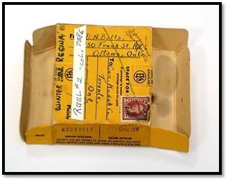 Photographie en couleurs d'un emballage de film jaune arborant des notes servant à identifier le film.