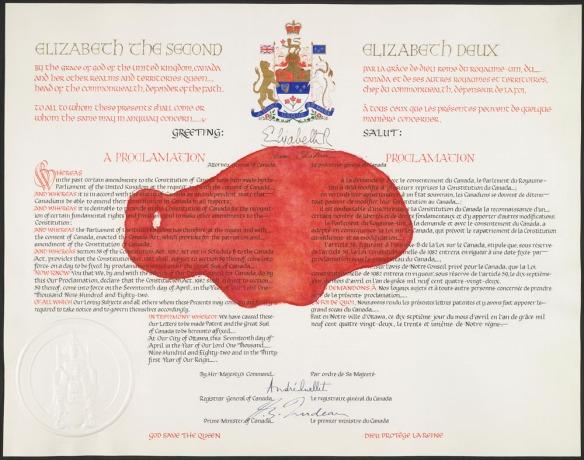 Exemplaire de la proclamation de la Loi constitutionnelle de 1982 avec une grande tache rouge au milieu.