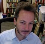 Photo en couleur d'un homme avec une barbe.
