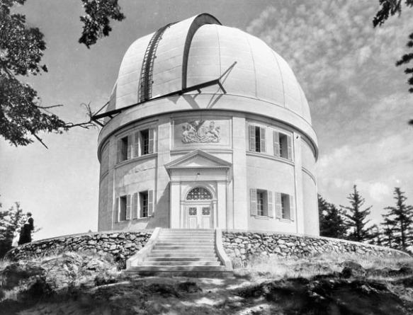 Une photo en noir et blanc montrant un édifice cylindrique sur le haut d'une colline avec une coupole d'observation.