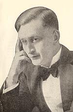 Image en noir et blanc d'un jeune homme vêtu d'un smoking.