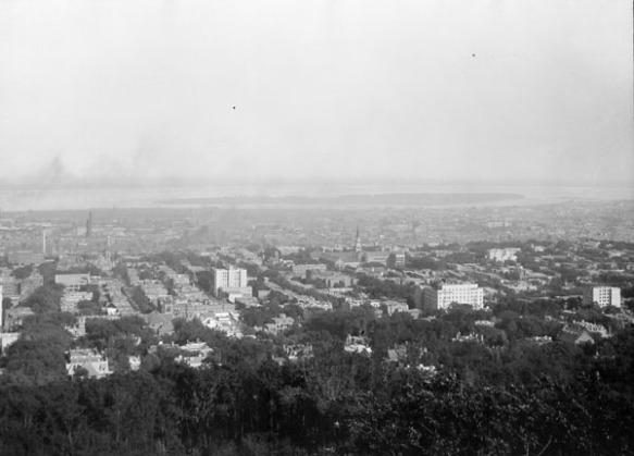 Photographie en noir et blanc d'une ville vue à vol d'oiseau.