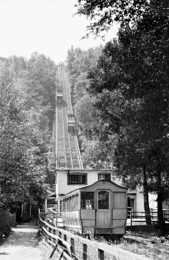 Photographie en noir et blanc d'un funiculaire. Un tram monte la côte alors que l'autre la descend.