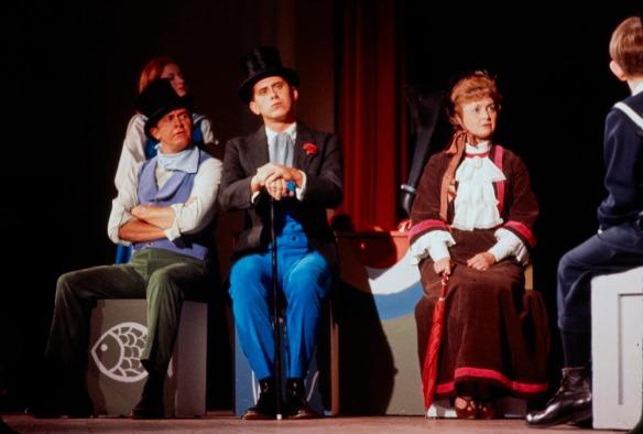 Image de comédiens de théâtre en costumes sur une scène.