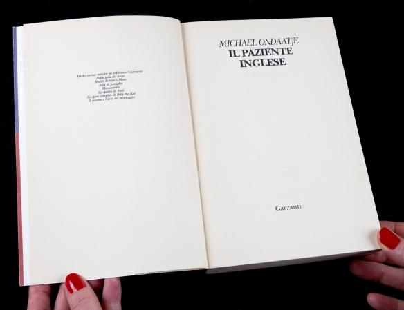 Photo en couleur d'un livre ouvert à la page titre : Michael Ondaatje Il Paziente Inglese.