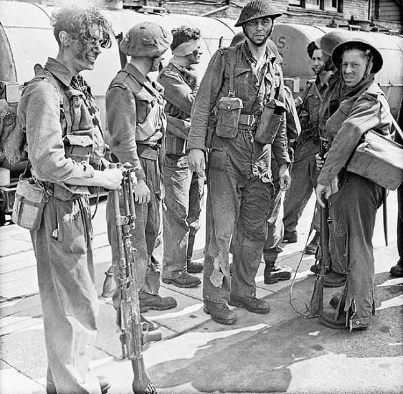 Photo noir et blanc de soldats, dont certains sont blessés ou portent des uniformes déchirés.