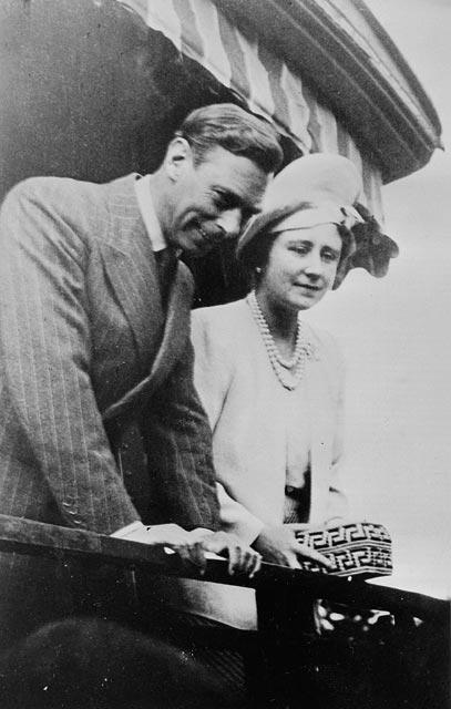 Une photographie noir et blanc du roi George VI et de la reine Élisabeth à l'arrière du train royal.