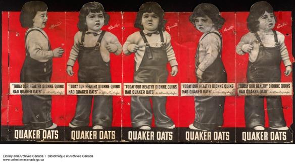 Publicité plissée et déchirée représentant des estampes découpées en noir et blanc des petites filles portant des salopettes et des chemises blanches sur un fond rouge. Le logo se trouve sur le dessus des jambes de chaque fillette, avec le nom de l'entreprise en bas de l'affiche.