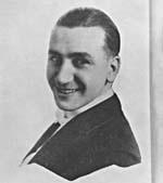 Photo en noir et blanc d'un jeune homme souriant.
