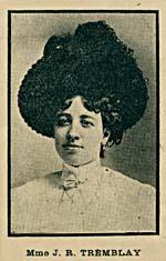 Photo en noir et blanc d'une jeune femme portant un chapeau très large.