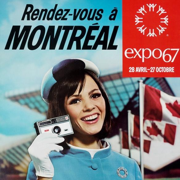 Affiche en couleur faisant la promotion d'Expo 67 montrant une jeune femme souriante avec un rang de drapeau canadien et un édifice ultra-moderne dans l'arrière-plan.