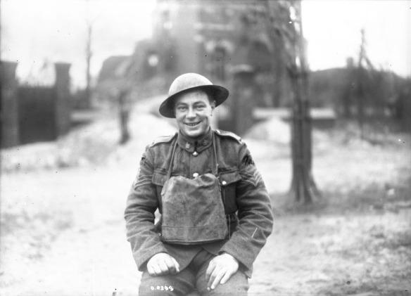 Une photographie en noir et blanc d'un soldat souriant portant un casque et une veste en cuir.