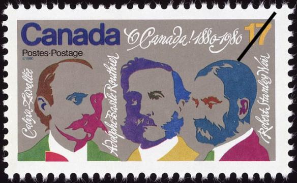 Photo d'un timbre-poste rectangulaire comportant des dessins colorés de trois hommes dont le nom est inscrit à côté de chacun : Calixa Lavallée, Adolphe-Basile Routhier et Robert Stanley Weir. On peut lire sur le timbre « Canada Postes-Postage, O Canada! 1880-1980 ».