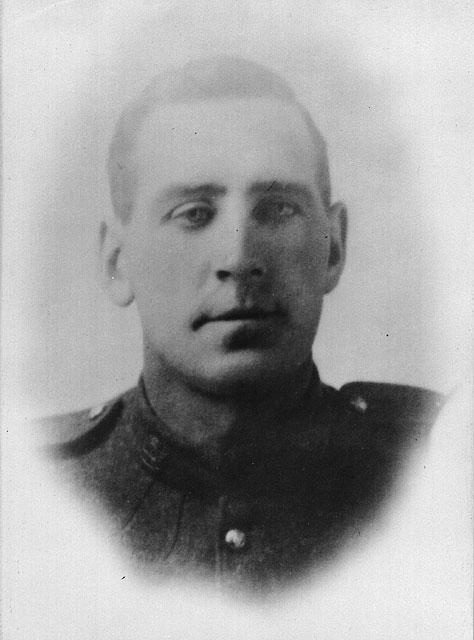 Photo noir et blanc d'un jeune homme en uniforme.