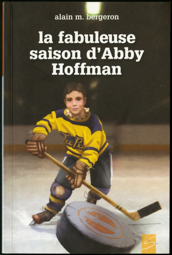 Couverture de livre montrant une enfant portant un uniforme jaune et noir qui joue au hockey et qui court après une rondelle.