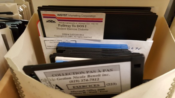 Photographie en couleur d'une enveloppe contenant divers types de disquettes.