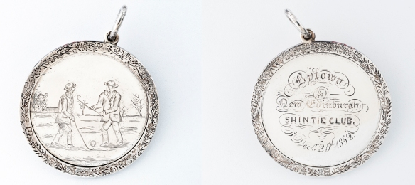 Photographie en couleur des deux faces d'un médaillon en argent. La première face illustre une partie de shinty en plein air et la deuxième face porte l'inscription «Bytown and New Edinburgh Shintie Club, Dec. 25th 1852».