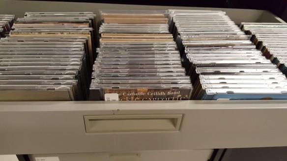 Photographie en couleur d'un tiroir de classeur contenant des centaines de boîtiers de CD.