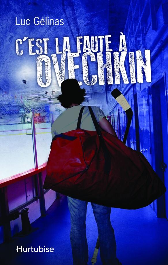 Couverture de livre représentant un homme en train de marcher dans un aréna et qui porte un grand sac de sport rouge et un bâton de hockey.