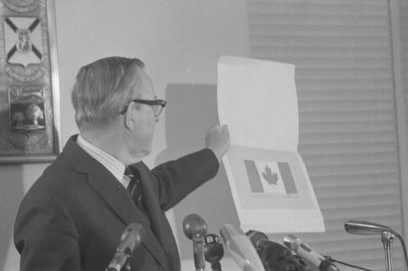Photographie en noir et blanc d'un homme tenant une illustration de l'unifolié.