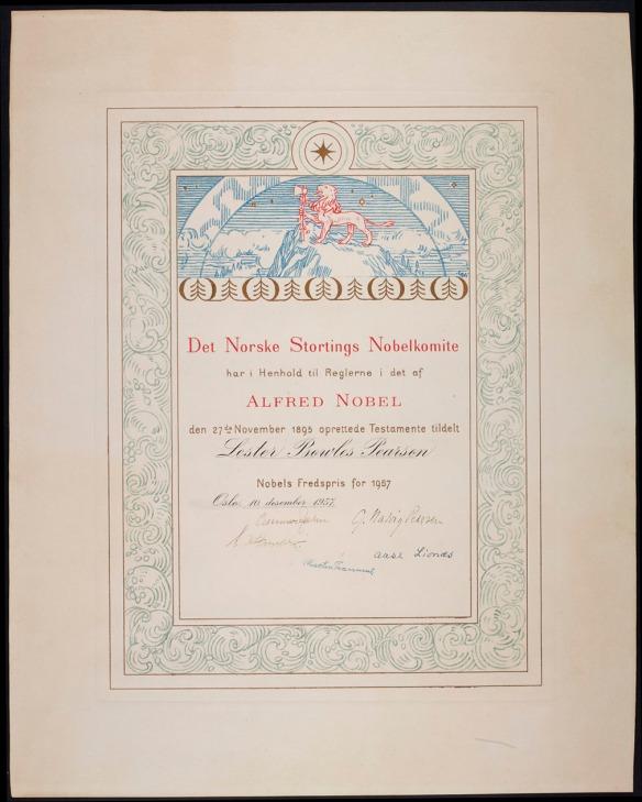Texte norvégien en rouge et en noir sur fond crème indiquant que le prix est décerné à Lester Bowles Pearson. Le texte est surmonté d'un lion rouge qui tient une hache au sommet d'une montagne bleue et ceinturé de vagues bleues comportant une étoile encerclée au sommet.