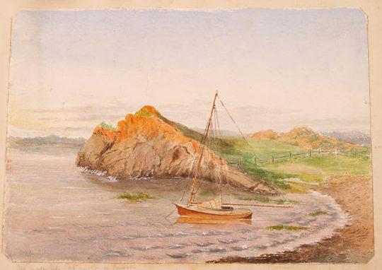 Une aquarelle représentant un voilier orange sur l'eau près d'une plage. Il y a de petites vagues le long du rivage. Derrière le voilier se dresse une falaise qui descend vers une vallée. Les couleurs utilisées sont l'orange, le brun, le vert et le bleu.