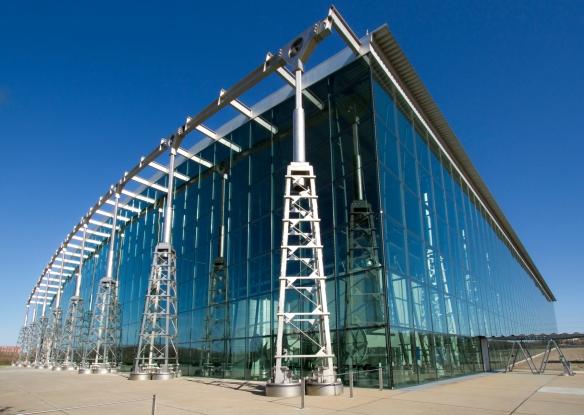 Photo en couleur d'un édifice ultra-moderne fabriquer de verre et de pillier en métal.