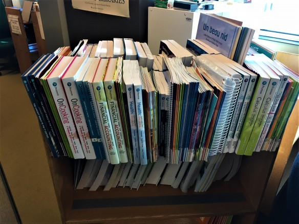 Une photo couleur d'un chariot de livres. Il contient deux exemplaires de chaque livre.