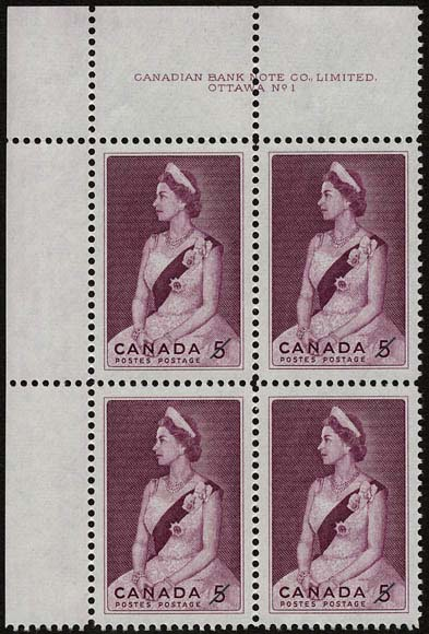 Bloc de quatre timbres représentant la reine Elizabeth II assise pour un portrait officiel. Elle porte une robe de soirée et une couronne. De son épaule gauche part une écharpe placée en diagonale, serrée à la taille et ornée d'une épingle sertie de bijoux.