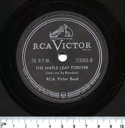 Photo en couleur d'une étiquette de disque avec le logo de RCA Victor du chien avec le gramophone