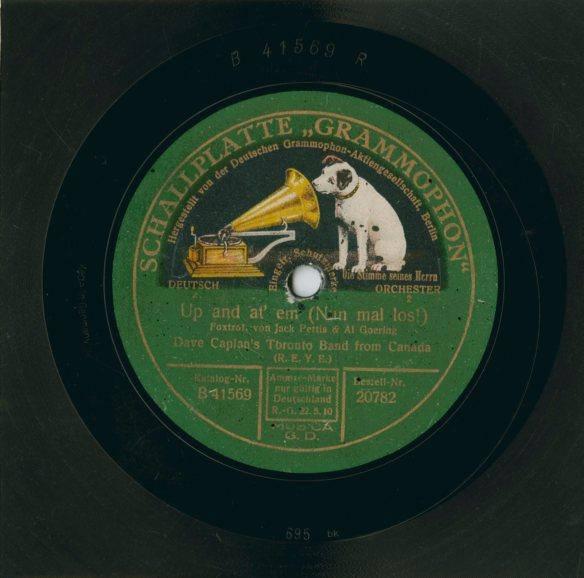 Photographie couleur d'une pochette d'album avec le logo de Deutschen Grammophon-Aktiengesellschaft (un chien regardant à l'intérieur d'un phonographe)