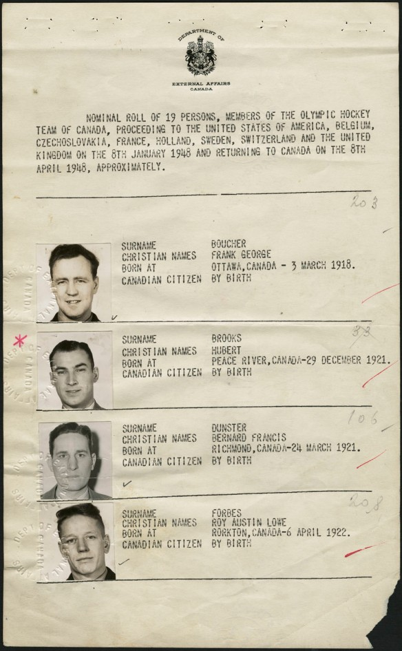 Deuxième page du passeport collectif de l'équipe canadienne de hockey aux Jeux olympiques de 1948. Le passeport a été délivré par le ministère des Affaires extérieures. On voit les photos de Frank George Boucher, d'Hubert Brooks, de Bernard Francis Dunster et de Roy Austin Lowe Forbes, ainsi que des renseignements à leur sujet : nom, date et lieu de naissance et citoyenneté.