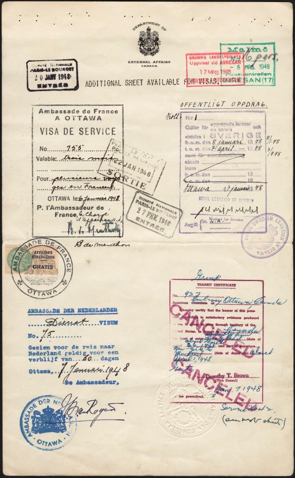 Page 6 du passeport collectif de l'équipe canadienne de hockey aux Jeux olympiques de 1948. Le passeport a été délivré par le ministère des Affaires extérieures. On voit les visas ainsi que les timbres d'entrée et de sortie de la France, de la Suède, des Pays Bas et des États Unis.