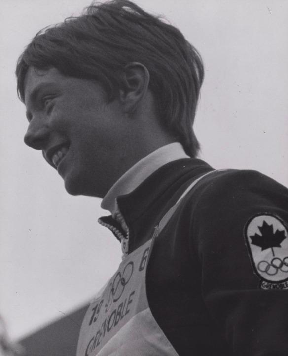 Photographie en noir et blanc de Nancy Greene, gagnante de la médaille d'or au slalom géant.