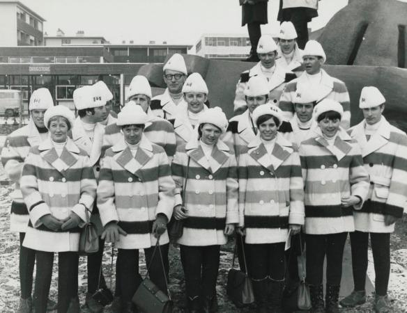 Photographie en noir et blanc de groupe de l'équipe canadienne de ski aux Jeux olympiques d'hiver.