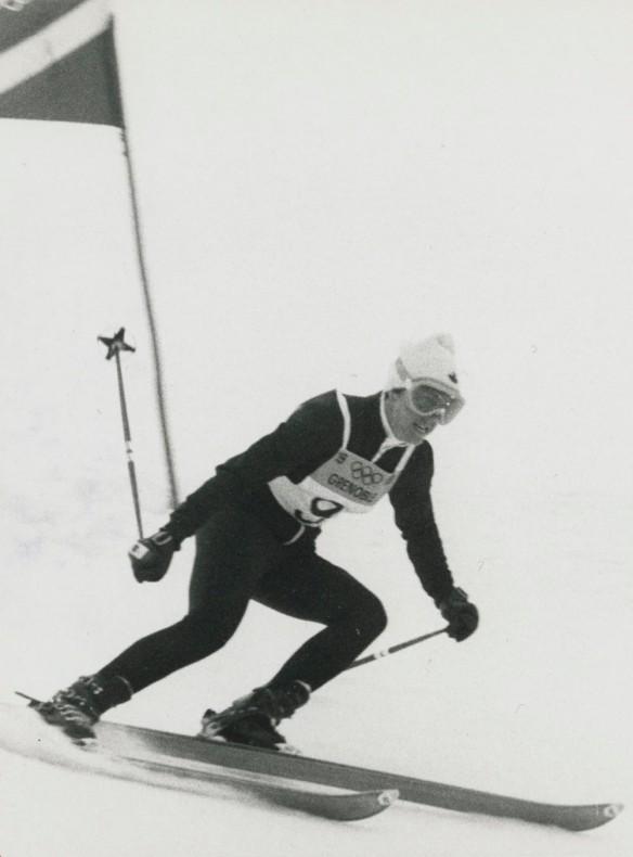Photographie en noir et blanc de Nancy Greene lors de sa descente pour la médaille d'or en slalom géant.