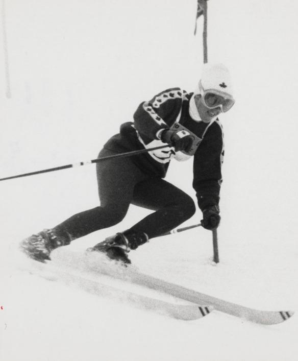 Photographie en noir et blanc de Nancy Greene lors de sa descente pour la médaille d'argent en slalom.