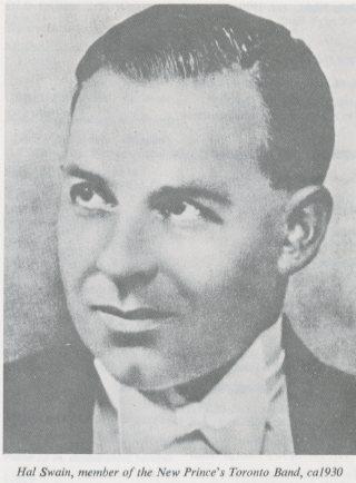 Photo noir et blanc d'un jeune homme qui regarde vers le côté d'un air songeur