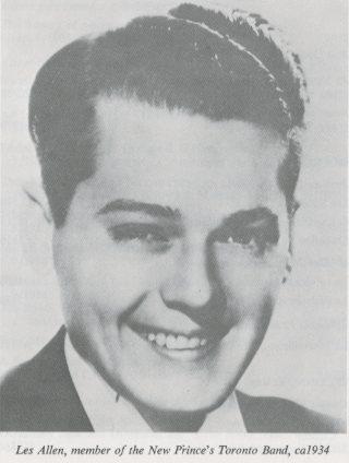 Photo noir et blanc d'un jeune homme souriant