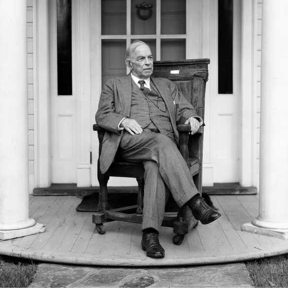 Photo noir et blanc de William Lyon Mackenzie King assis sur son perron.