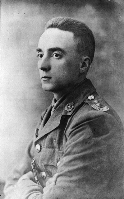 Une photographie en noir et blanc d'un soldat légèrement de profil.