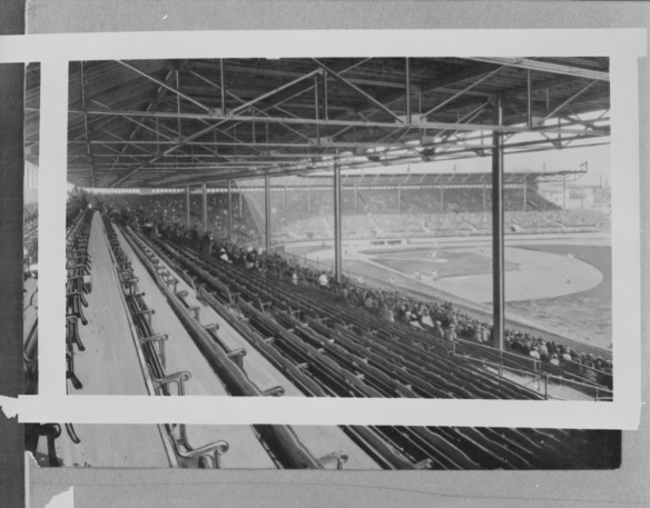 Une photographie noir et blanc d'un stade de baseball, prise de la tribune du champ droit. On aperçoit les gradins et le terrain, incluant le losange et le champ extérieur.