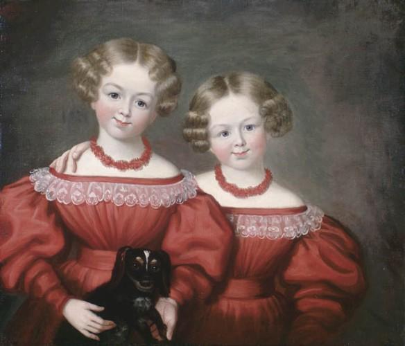 Peinture à l'huile de deux fillettes vêtues à l'identique, avec des robes rouges à cols de dentelle et des colliers rouges. L'une d'entre elles tient un petit chien.