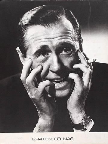 Photo noir et blanc de Gratien Gélinas, visage dans les mains, avec une cigarette.