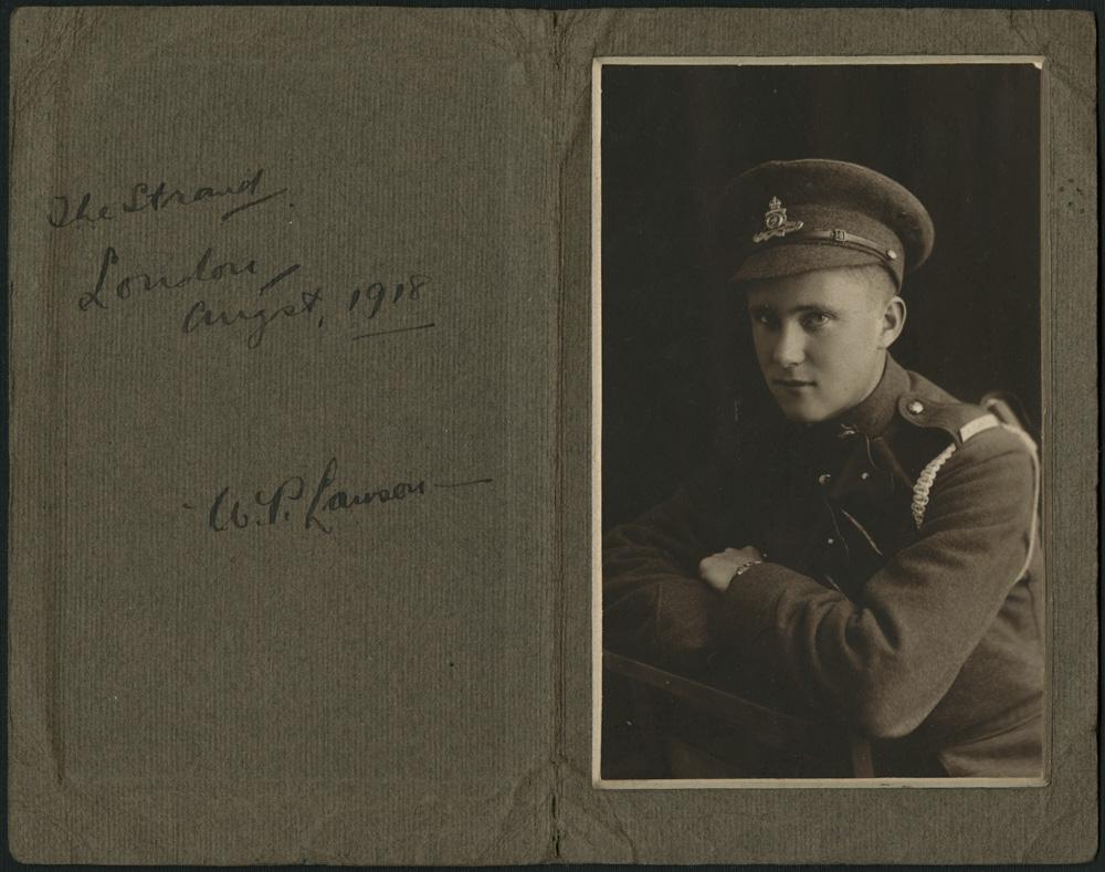 Portrait noir et blanc d'un jeune homme vêtu d'un uniforme, les bras croisés.